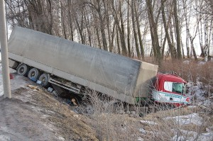 800px-Truck_accident_in_Russia,_2008 (1)